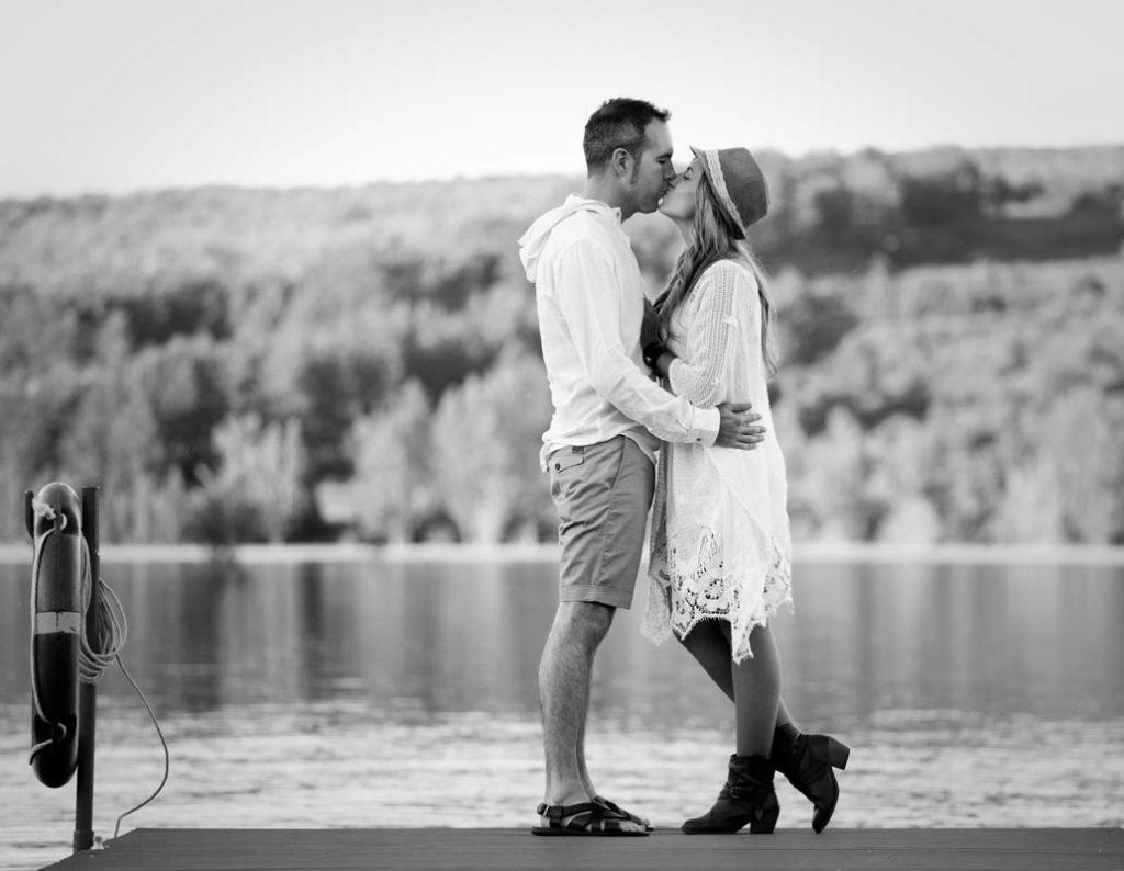 fotografia de preboda en el rasillo-pareja en blanco y negro