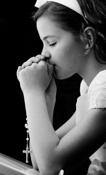 niña junto a rosario